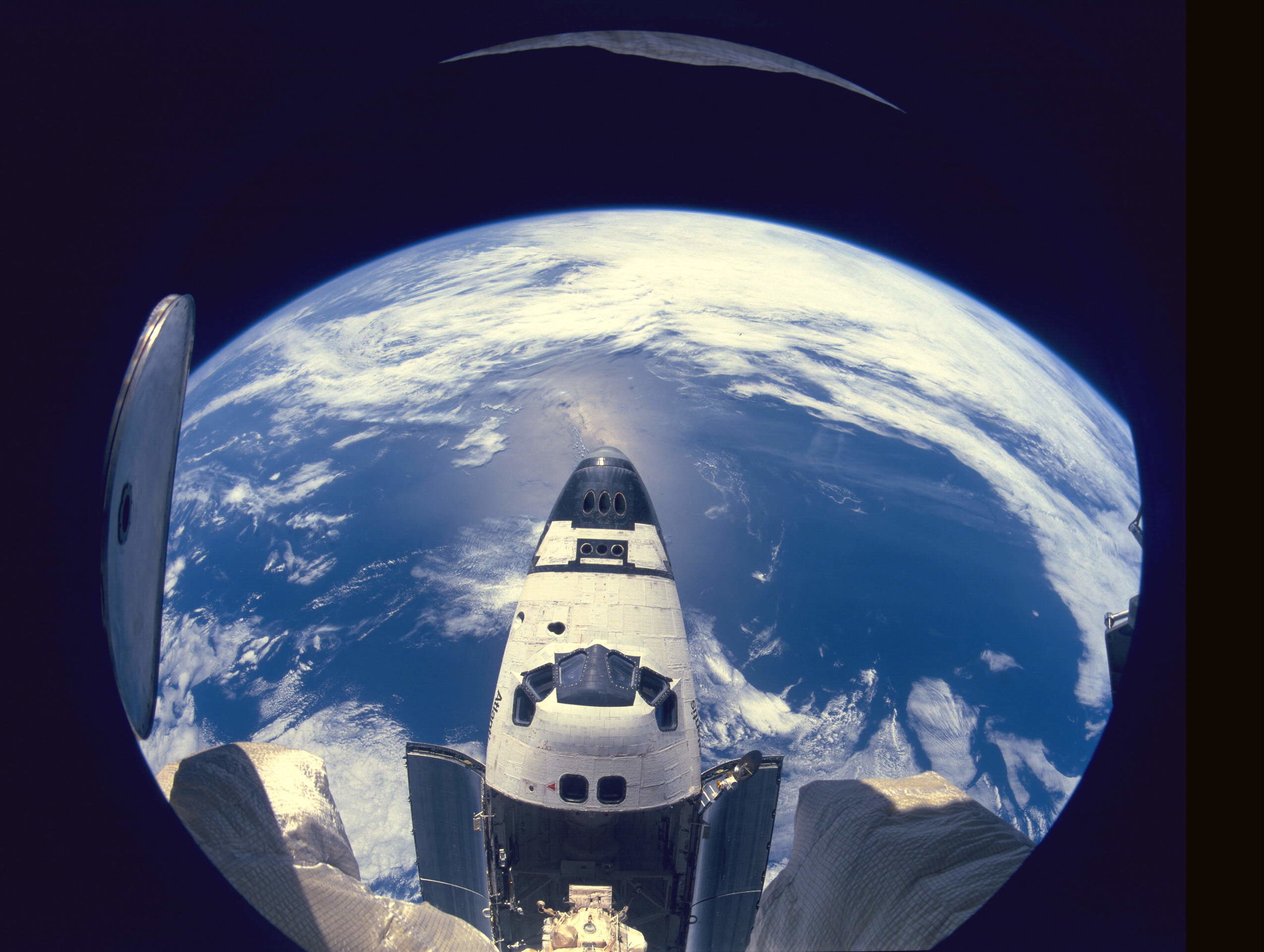 Earth_&_Atlantis_(STS-71).jpg