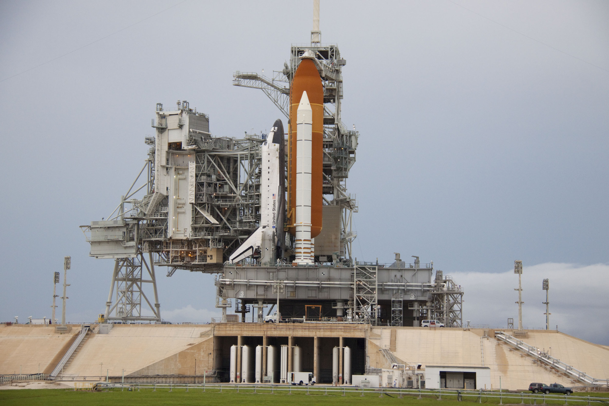 Space_shuttle_Atlantis_on_Launch_Pad_39A.jpg