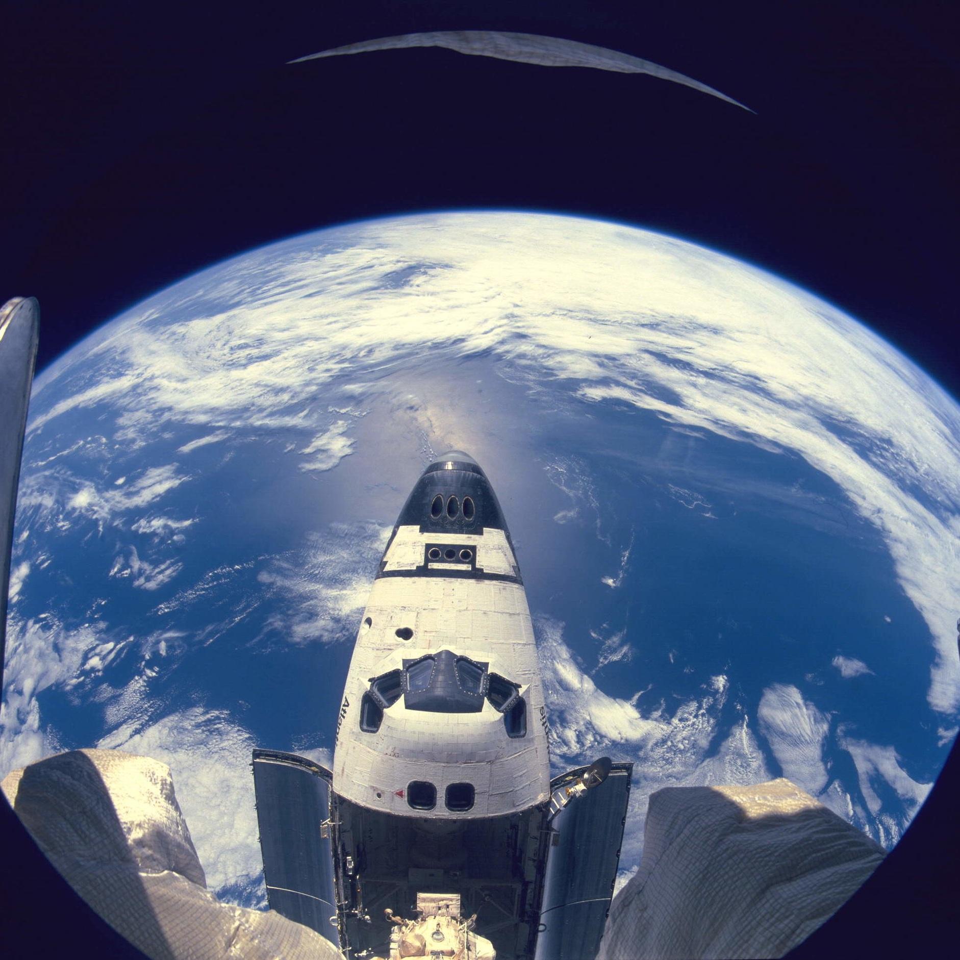 Earth_&_Atlantis_(STS-71).jpg