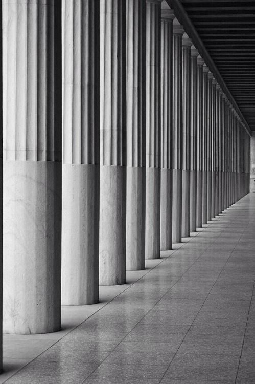 kannelúra - A Stendhal kollekció díszítésében viszonttalálod az antik oszlopokra jellemző íves rovátkázást, a kannelúra hosszanti félhengeresen bemélyedő vájat, olyan minta melyet mintha egy óriás újjal véstek volna a felületbe.Számtalan modern enteriör használja ezt a szemnek nagyon megnyugtató díszítőelemet, gyakori a klasszikus bútorok lábán, fiókelőkön.
