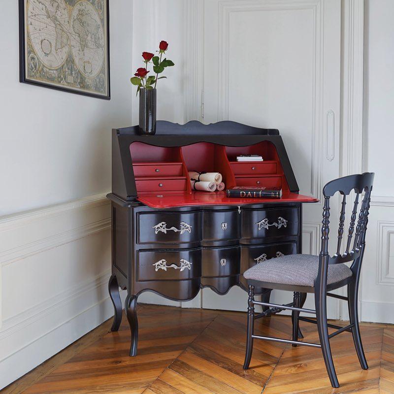 GRANGE HÉRITAGE - a vörösnek nem kell reklám - elég ha csak akkor pillanthatod meg, mikor titkos leveleidet rejted el a lehajtható rejtett fiókok egyikében. ez a csodálatosan nőies, romantikusan ívelt lábú finom iróasztal is tiéd lehet!