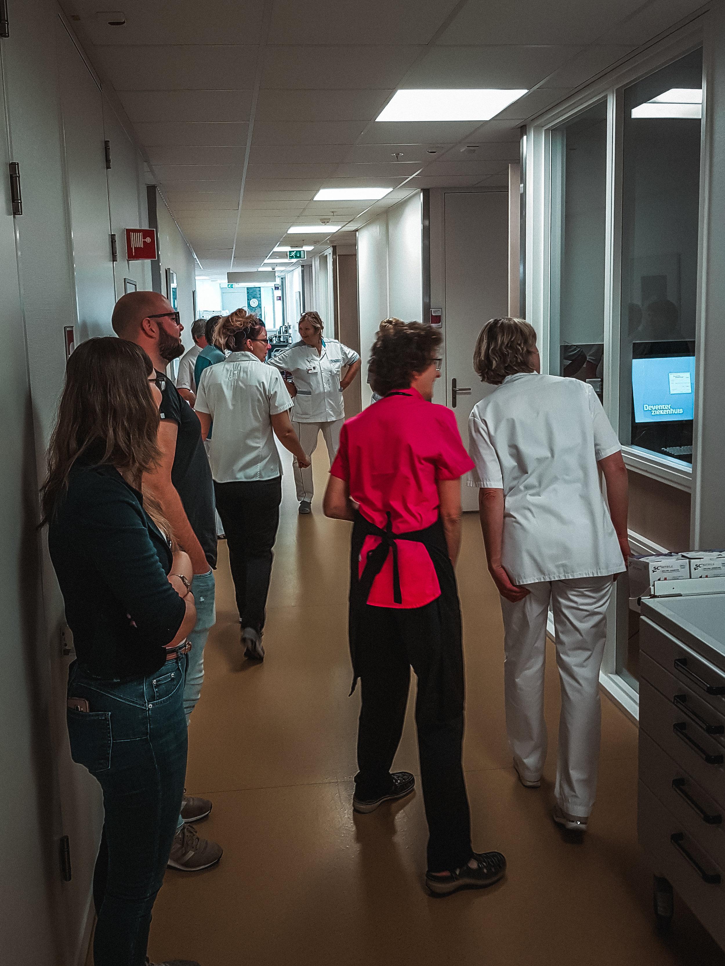 Cliniclowns brengen positiviteit op een afdeling waar vooral verdriet aanwezig is. Ook de verpleging heeft voor een moment afleiding van de zwaarte van hun werk. -
