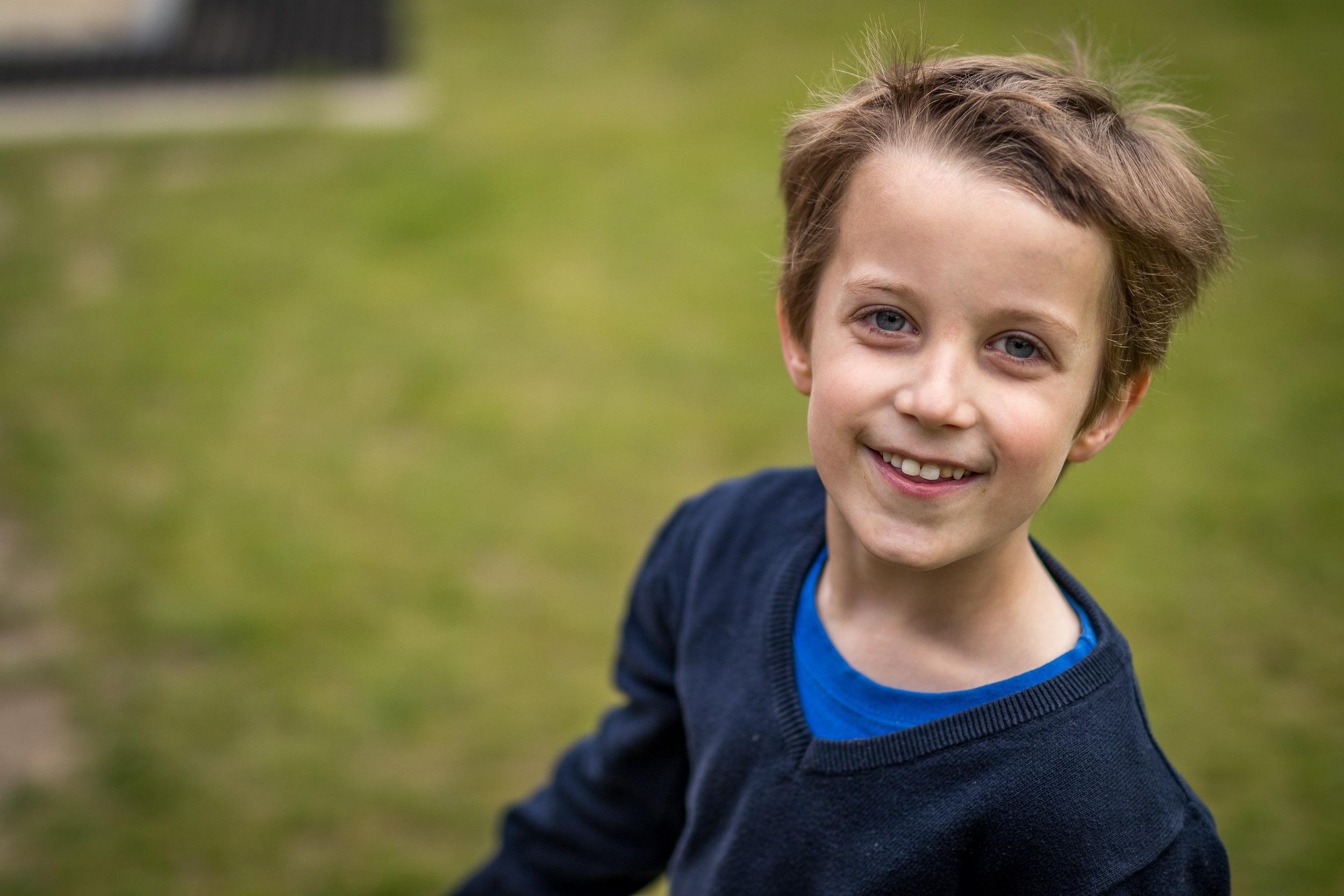 Un photographe d'événements prend un enfant souriant