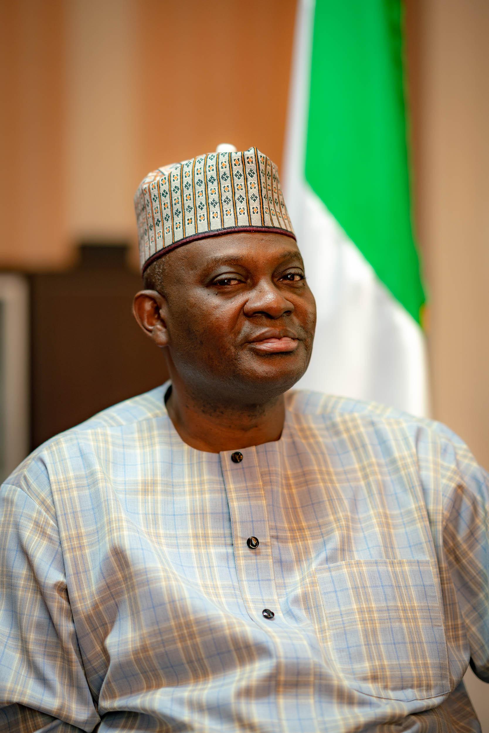 Ambassadeur du nigeria pris par un photographe en entreprise