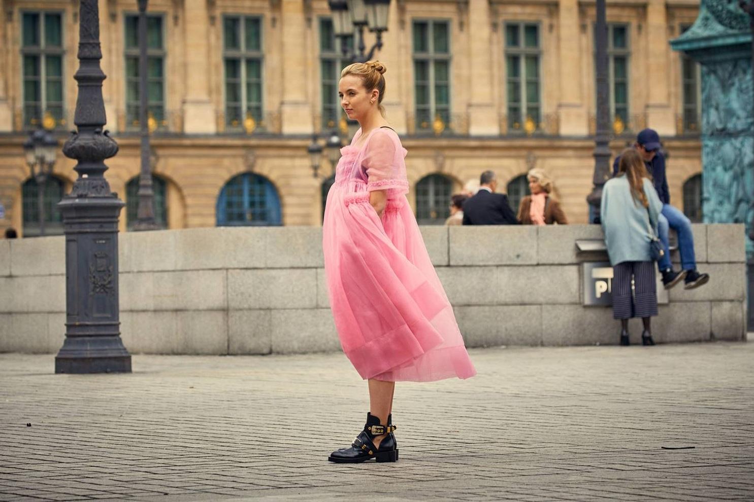 Villanelle, la protagonista de la serie Killing Eve, vestida en un gran vestido de tul de Molly Goddard y botas de Balenciaga.