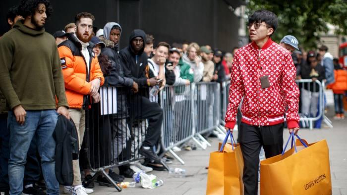 Cientos de  hypebeasts  se conglomeraron días antes del lanzamiento de la esperada colaboración entre Louis Vuitton y Supreme en 2017. (Fuente: Financial Times).