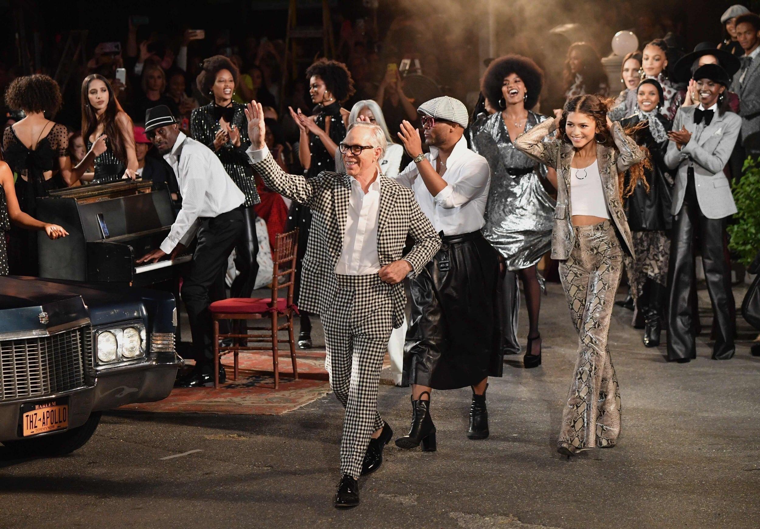Tommy Hilfiger, Zendaya y modelos en el show SS20 en e Teatro Apollo de Harlem.