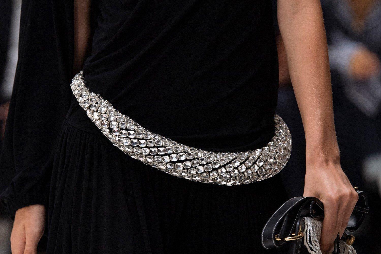 Los accesorios de JW Anderson SS20 proporcionan una sensación de armadura. (Imagen: theimpression.com)
