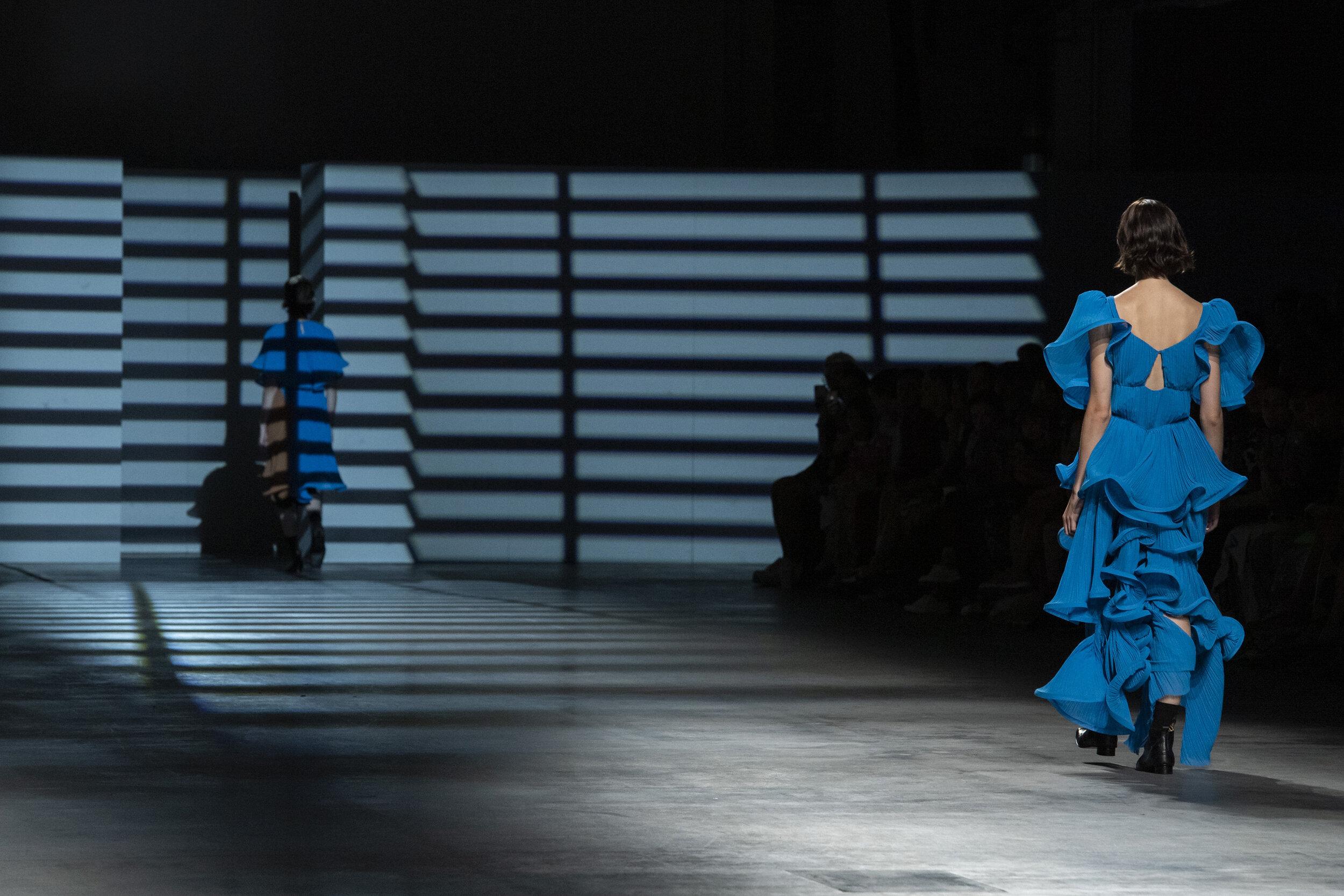 Un vestido con volantes de Preen by Thornton Bregazzi SS20.