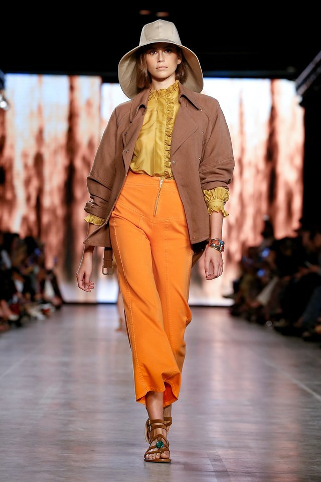 La modelo Kaia Gerber abrió el desfile de Alberta Ferretti SS20 in Milán.
