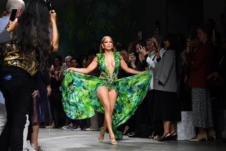 Diecinueve años después, con 50 años de edad, Jennifer López cerró Versace Spring/Summer '20 en Milán.