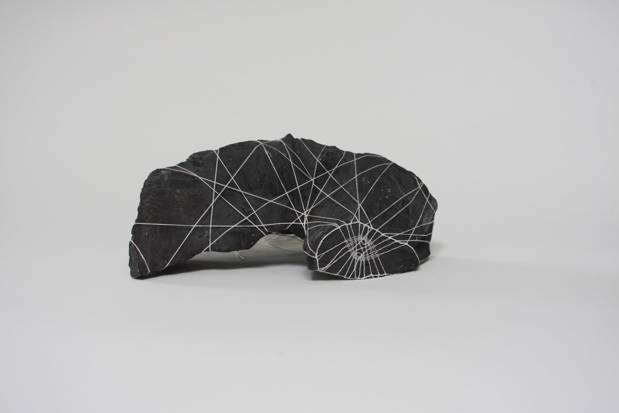 Pourquoi naître esclave ? (détail), 2017, dentelle aux fuseaux, fil de coton d'Égypte, Pierre noire de Golzinne, 20 x 7 cm