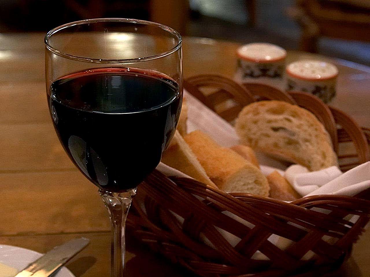 Red_wine_in_an_Italian_restaurant.jpg