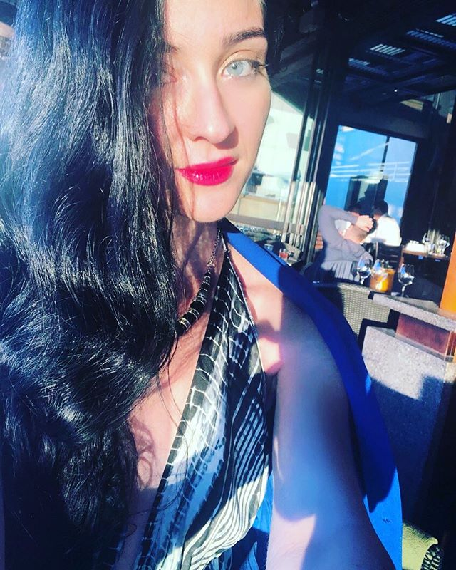 ´Winter Sunlight' 🌄 'I do wear colour...sometimes' 😂👌🏻#tbt #Australia 🇦🇺 . . 📍 @cafesydney @_belinda_c #june #shadesofblueblack #aussiemade #LAbased