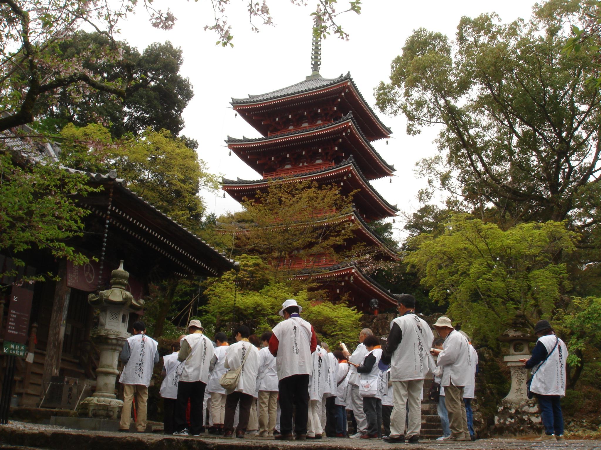 竹林寺 桜と五重塔・お遍路さん.JPG
