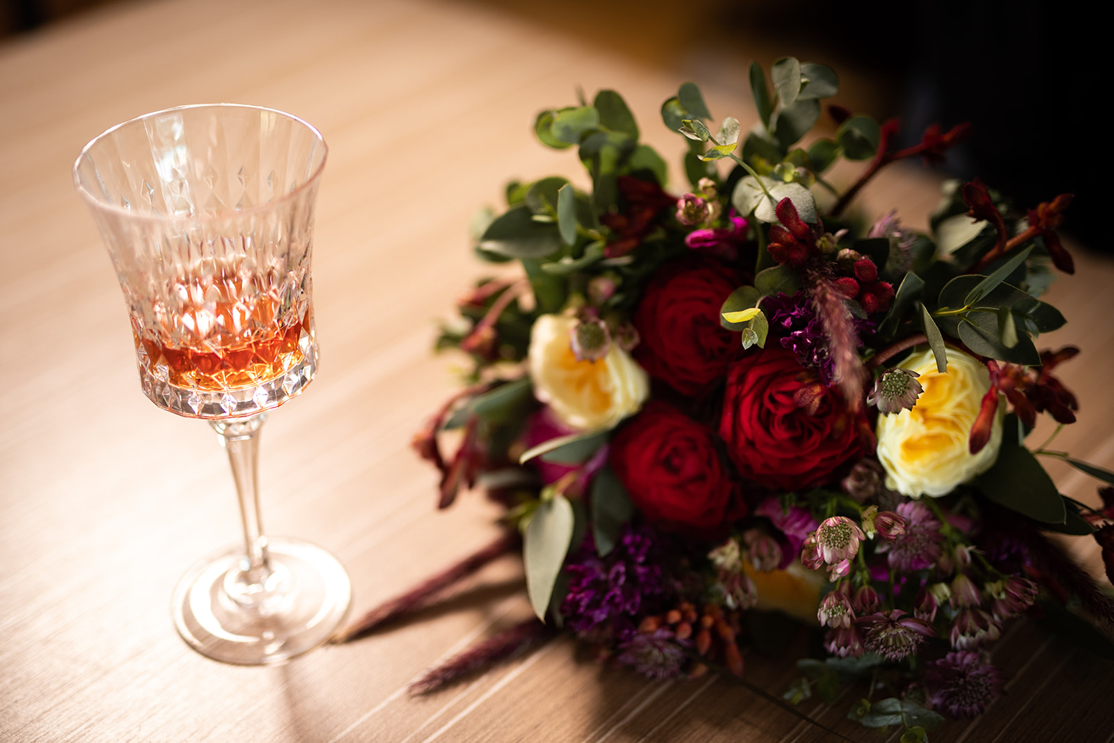 Le bouquet - L'avantage de votre thème est que vous avez la liberté du choix de vos fleurs et couleurs. Nous on a craqué sur ce bouquet de chez O'fleur, un doux mélange entre le rouge intense des roses et les couleurs automnales des asters et des delphiniums.