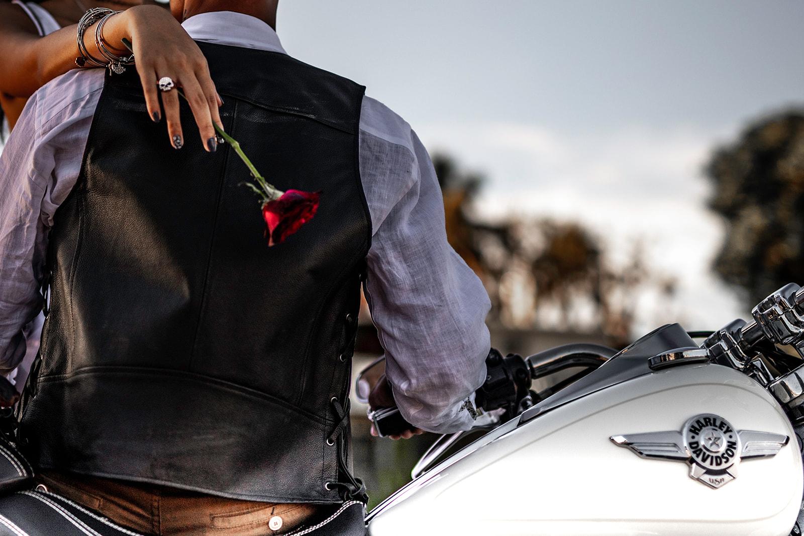 La moto - Eh oui, en tant que jeunes mariés rock'n'roll, vous devez trouver un moyen de vous déplacer dans le thème ! On dit oui à la moto !