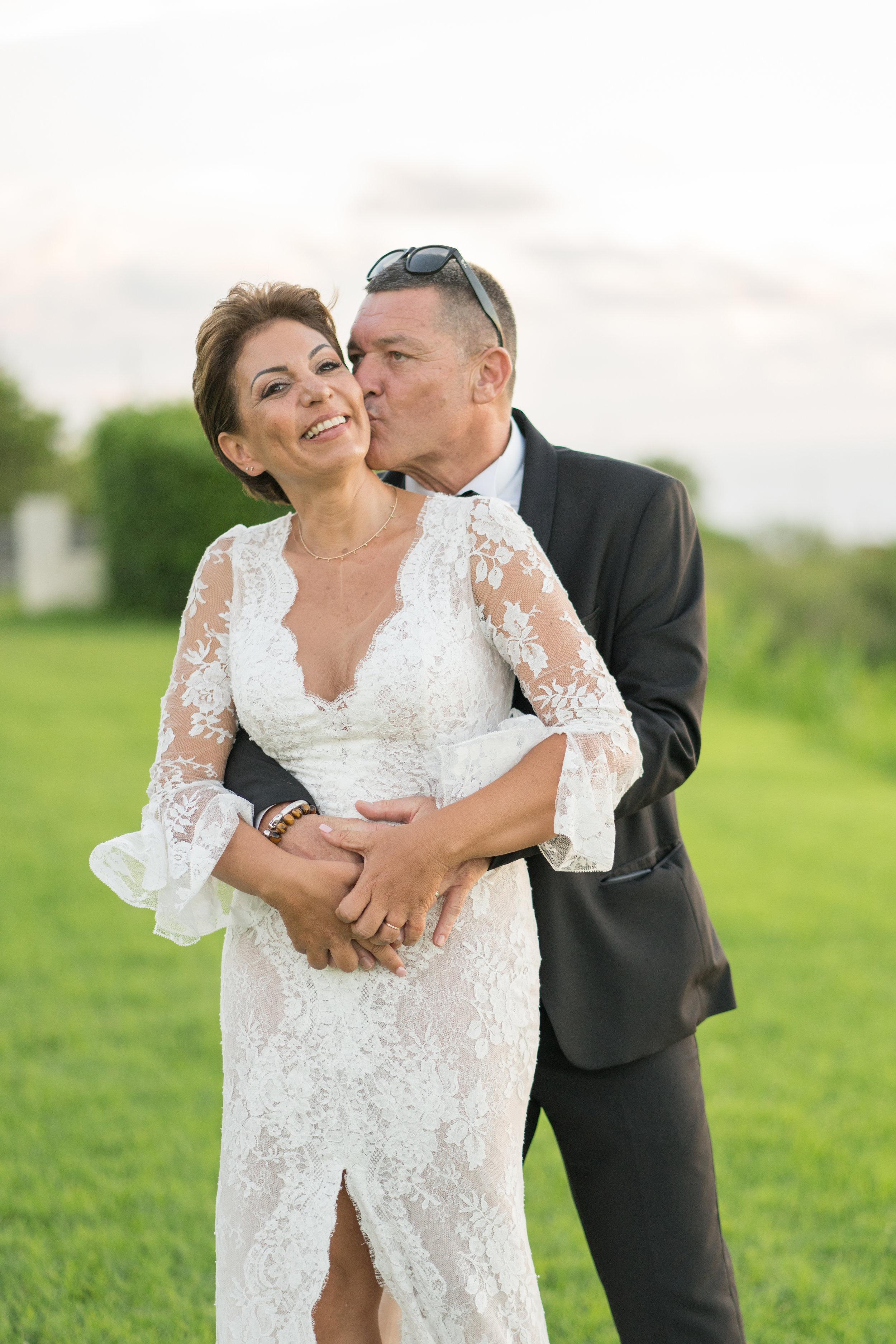 """""""Love is in the air"""" - B & JC ont optés pour une cérémonie laïque créée sur mesure par MRevenement. Ils se sont dit « oui » au golf du Bassin bleu, un lieu d'exception avec une vue imprenable sur la côte ouest de l'île de la Réunion. Une cérémonie fort en émotion, un brin décalé à l'image de nos mariés."""