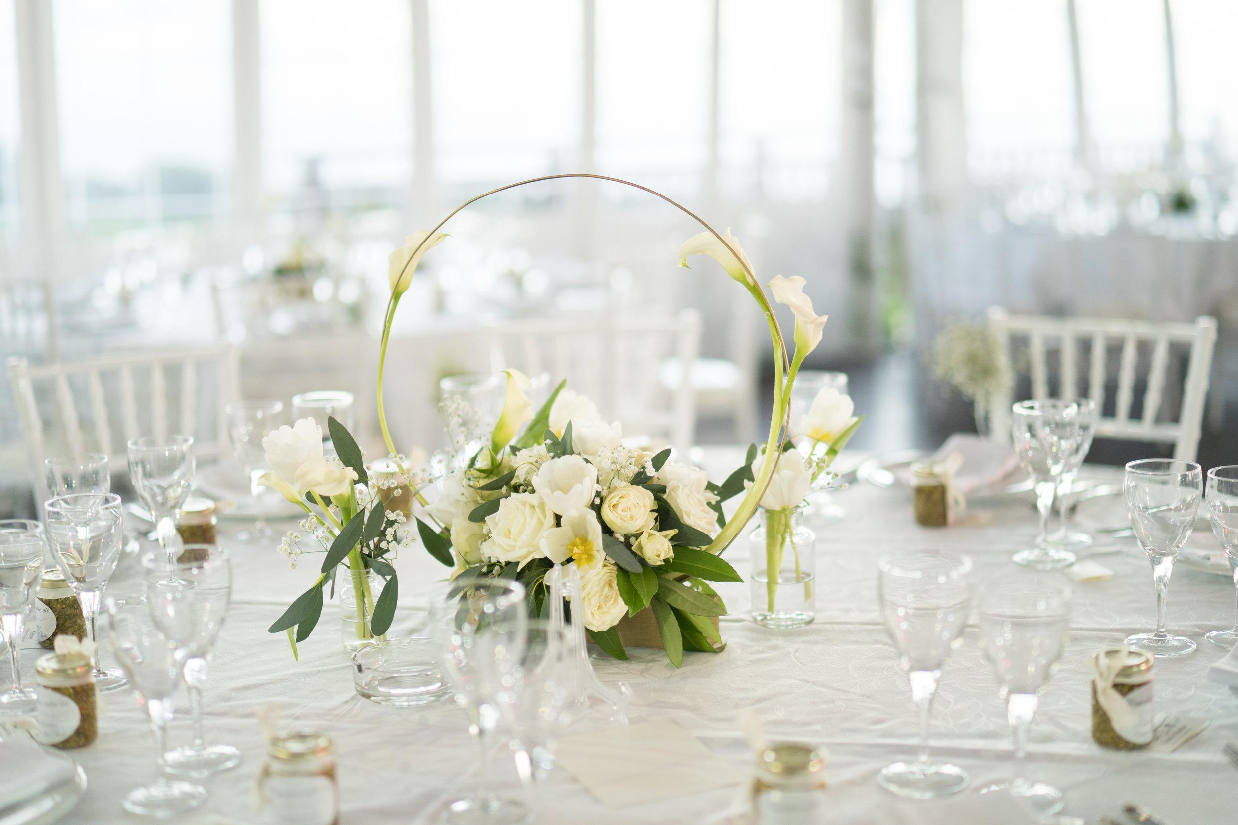 """""""La pureté"""" - La décoration florale apporte la touche d'élégance, de raffinement et de légèreté, une décoration en harmonie avec le thème à la fois épurée et sophistiquée."""