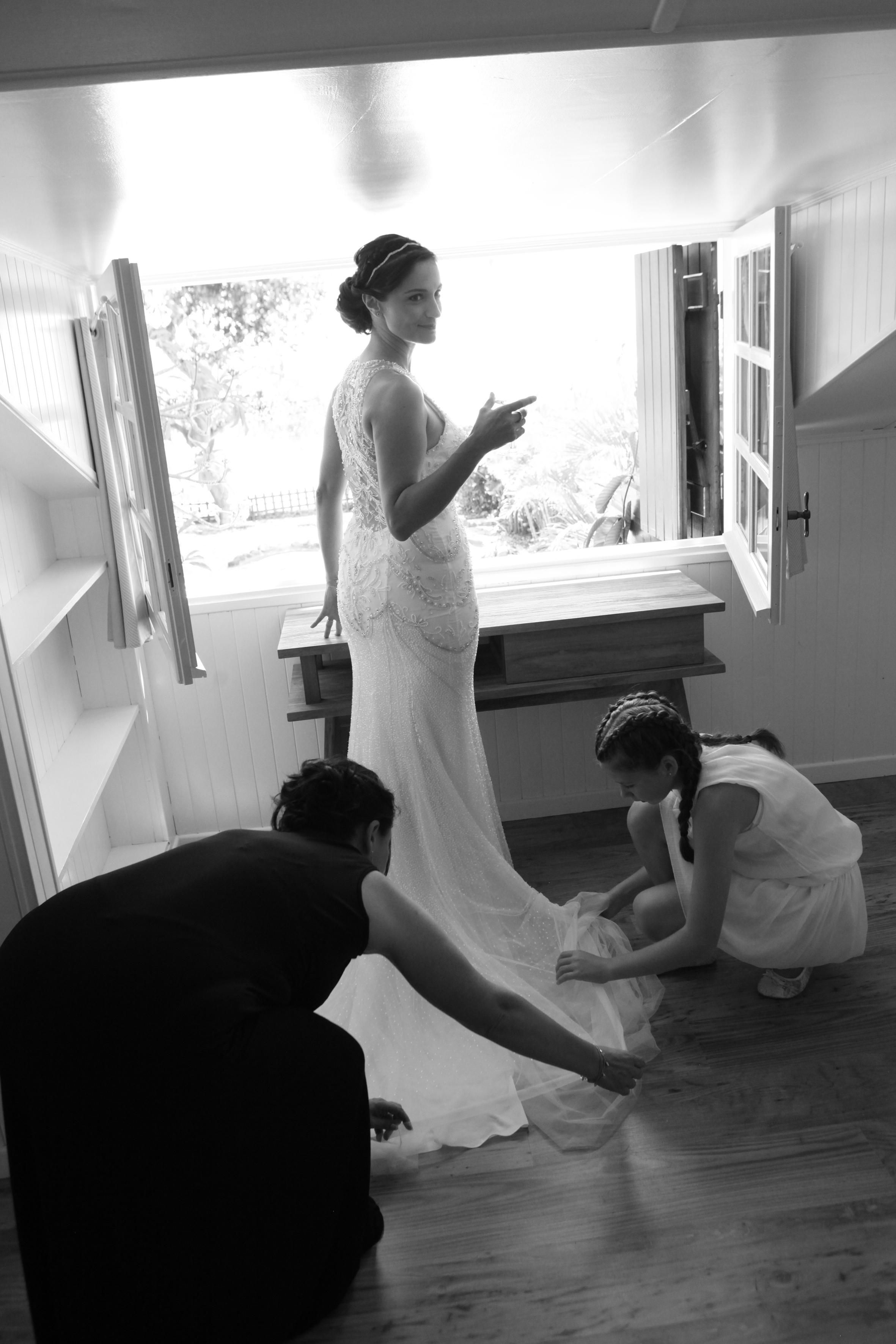 """""""Le jourJ"""" - Telle une princesse, la mariée s'est fait aider de ses petits oiseaux pour se préparer. Un beau moment de complicité qui restera gravé à jamais."""