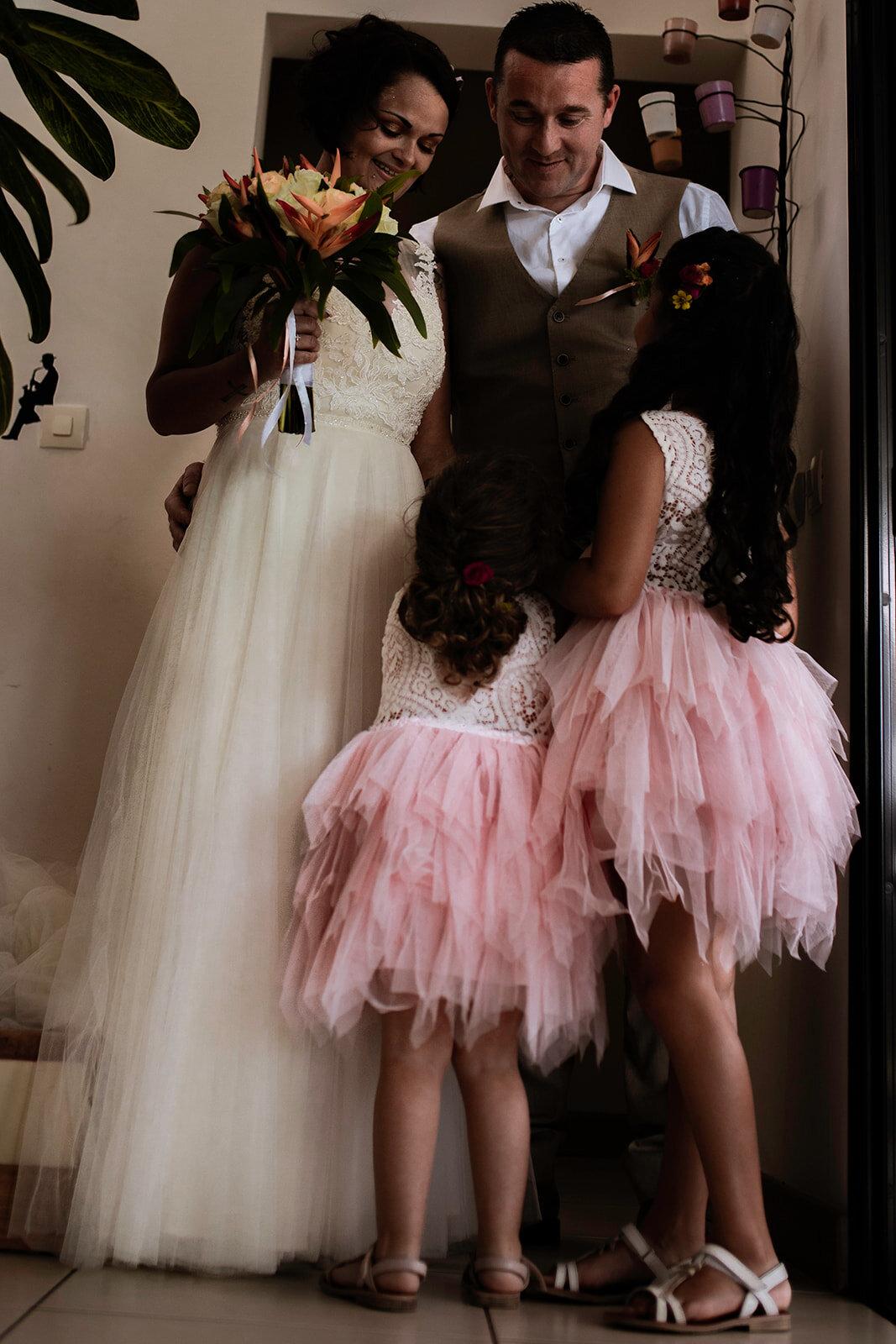 """""""Le fruit de notre amour"""" - A & S ont renouvelé leurs vœux à la Réunion face à l'océan Indien. L'occasion de se dire et se montrer l'amour qu'ils se portent l'un pour l'autre mais aussi pour témoigner de l'amour incommensurable qu'ils portent à leurs deux filles."""