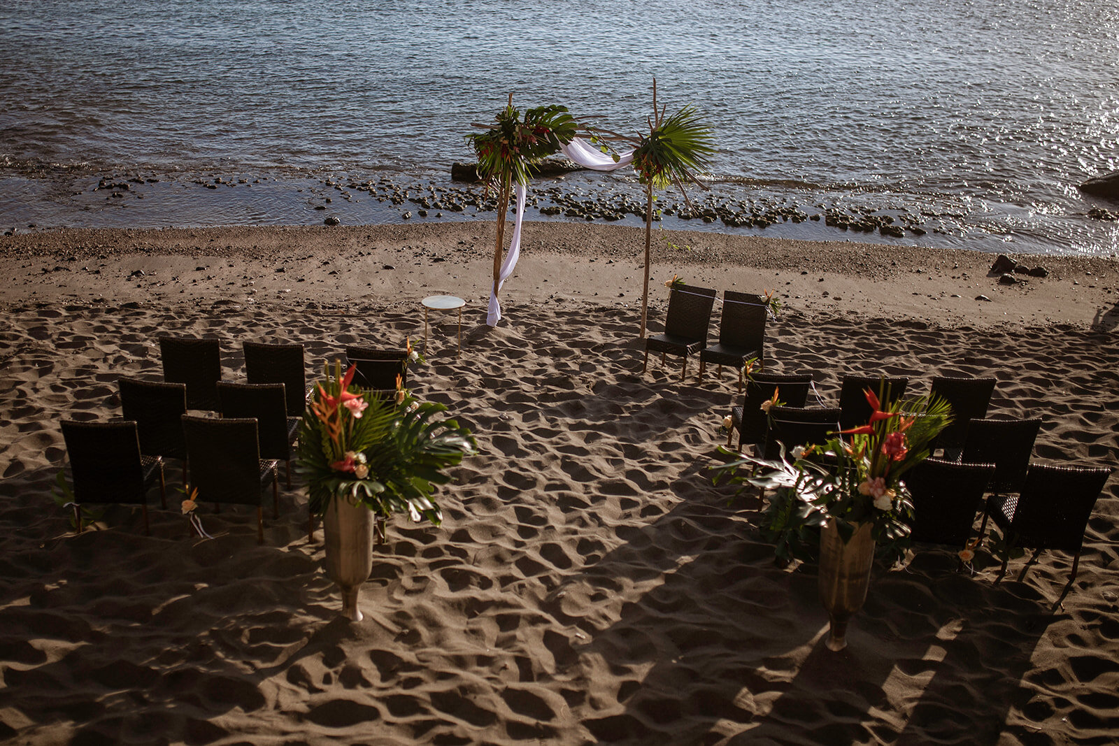 """""""Renouvellement de voeux"""" - A & S ont décidé de renouveler leurs vœux en réalisant une cérémonie laïque. Un moment en toute intimité qu'ils ont partagée avec quelques privilégiés, sur une petite plage de Saint-Leu."""