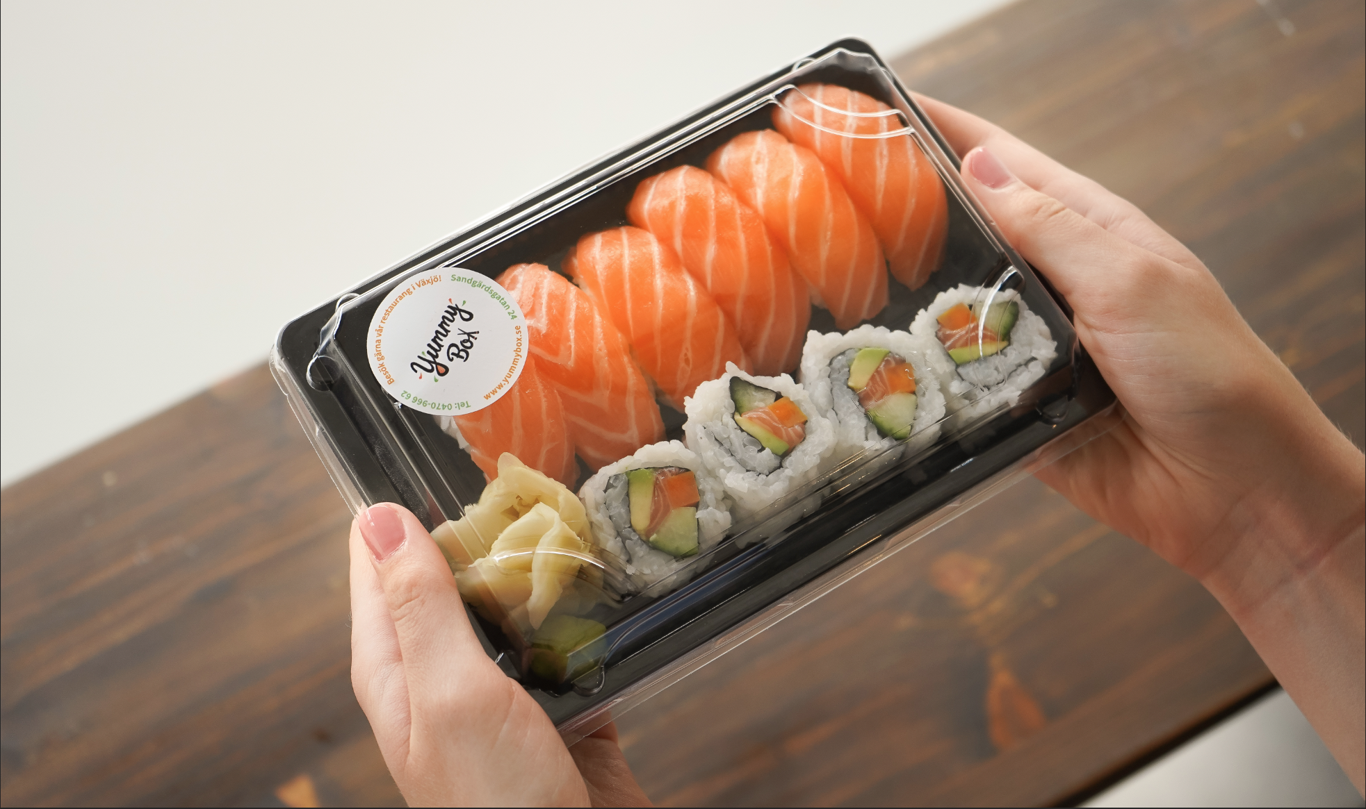 Visste du att Yummy Box även finns på ICA? - Efter många förfrågningar finns äntligen vår sushi på ICA Kvantum Norremark och Teleborg! Där hittar du dagens fräschaste sushilådor, som du snabbt och smidigt kan hämta upp när du är och handlar! Fungerar perfekt som matlåda till jobbet!