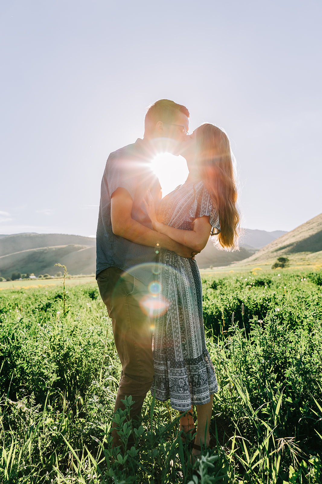 Engagement pictures kissing with sun burst sunset mountain engagement photo session with professional engagement photographer bella alder photography #bellaalderphoto #engagements #ldscouple #mountainengagements #savethedatephoto #weddingplanning #utahengagementphotographer #utahengagements #mantuautah #loganutahengagementphotographer #engagementpictures #engagementoutfits #outfitinspo