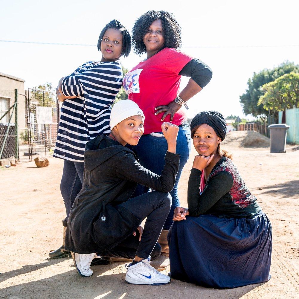 RISE CLUBS, AFRIQUE DU SUD - AUTONOMISER LES FEMMES ET LES FILLESLes Rise Clubs offrent aux femmes et aux jeunes filles des espaces sûrs afin qu'elles puissent partager et discuter de sujets difficiles et renforcer la résilience entre pairs. Fondés à l'origine en réponse à la haute incidence du VIH chez les adolescentes et les jeunes femmes en Afrique du Sud, les Rise Clubs permettent aux jeunes femmes d'accéder à des services essentiels de dépistage du VIH et de conseil, à des traitements antirétroviraux, à des services de santé sexuelle et reproductive, ainsi qu'à des opportunités économiques et éducatives. Ces clubs offrent aux jeunes femmes un espace dans lequel elles peuvent s'entraider tout en faisant face aux défis sociaux et culturels pouvant contribuer à un comportement sexuel à risque.