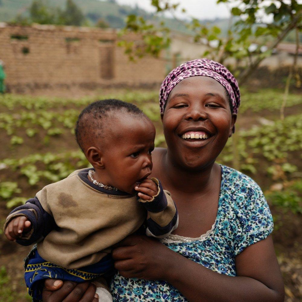 JOSéPHINE, APROFAPER, RWANDA - FOURNIR DES OPPORTUNITÉS PROFESSIONNELLES ET ÉDUCATIVESAprofaper est une ONG dont la mission est de promouvoir le développement économique, l'éducation en matière de santé et l'aide juridique aux personnes vivant avec le VIH, tout en luttant contre la stigmatisation dans l'ensemble de la communauté. Joséphine est membre de la coopérative agricole Mukamira d'Aprofaper. Avant qu'Aprofaper ne soit présente dans la communauté, les personnes vivant avec le VIH étaient stigmatisées et marginalisées et ne pouvaient pas travailler. Grâce à l'introduction de ces services communautaires d'éducation et de santé, offrant des opportunités d'autonomisation économique, comme des cours sur l'agriculture et l'élevage, les personnes séropositives de Mukamira ont non seulement une meilleure santé mais gagnent aussi un revenu suffisant pour subvenir aux besoins de leur famille.
