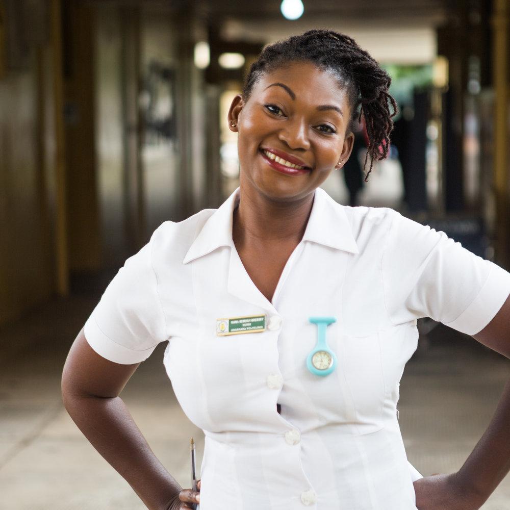 NANA, INFIRMIÈRE À LA CLINIQUE ADABRAKA, GHANA - PRÉVENTION DU VIHNana est infirmière en chef à la clinique d'Adabraka au Ghana. Elle y anime un cours sur la grossesse destiné aux futurs parents – mères et pères – au cours duquel elle leur enseigne comment s'occuper de la santé de la mère et du nouveau-né, et veille également à ce que tous les parents effectuent un test de dépistage VIH. Si les tests s'avèrent séropositifs, Nana et le reste de sa remarquable équipe d'infirmières offrent le soutien nécessaire aux futures mères pour les aider à rester en bonne santé et veillent à ce que leurs bébés naissent sans VIH.