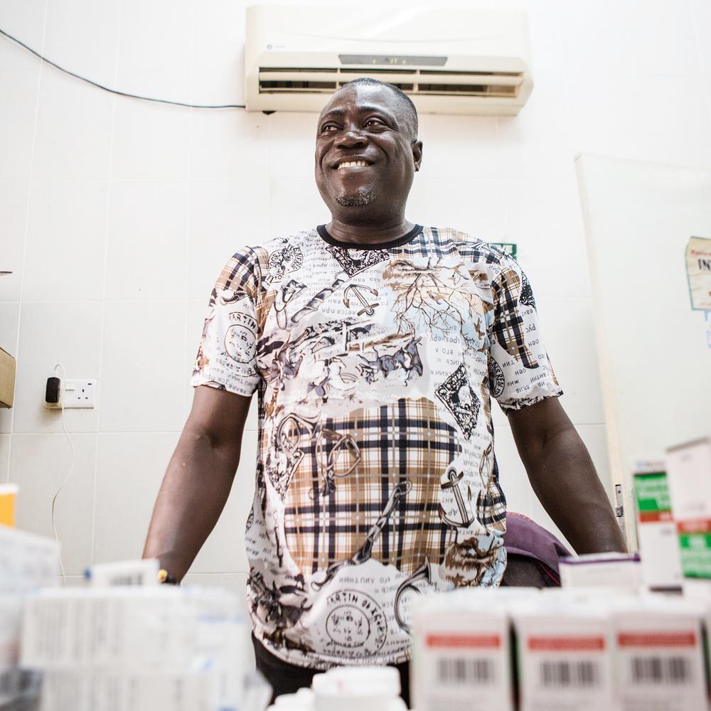 DÉPISTAGE ET TRAITEMENT - Pour pouvoir bénéficier d'un traitement contre le VIH, vous devez savoir si vous êtes infecté(e). L'un des principaux facteurs permettant de vaincre l'épidémie du sida consiste à s'assurer que toutes les personnes séropositives connaissent leur statut et ont accès au traitement nécessaire. De nos jours, les 79 % des personnes vivant avec le VIH sont conscients de leur statut et, 62 % des personnes vivant avec le VIH suivent un traitement antirétroviral capable de leur sauver la vie... si elles y adhèrent correctement. Les traitements antirétroviraux, qui ne coûtent que 20 centimes par jour, permettent non seulement de maintenir en vie et en bonne santé une personne séropositive mais aussi de réduire le risque de transmission. Des progrès incroyables ont été accomplis pour élargir l'accès aux services de dépistage et de traitement. En conséquence, le nombre de décès liés au sida a diminué de moitié et le nombre de nouvelles infections chez les enfants a diminué de deux-tiers au cours des dix dernières années.