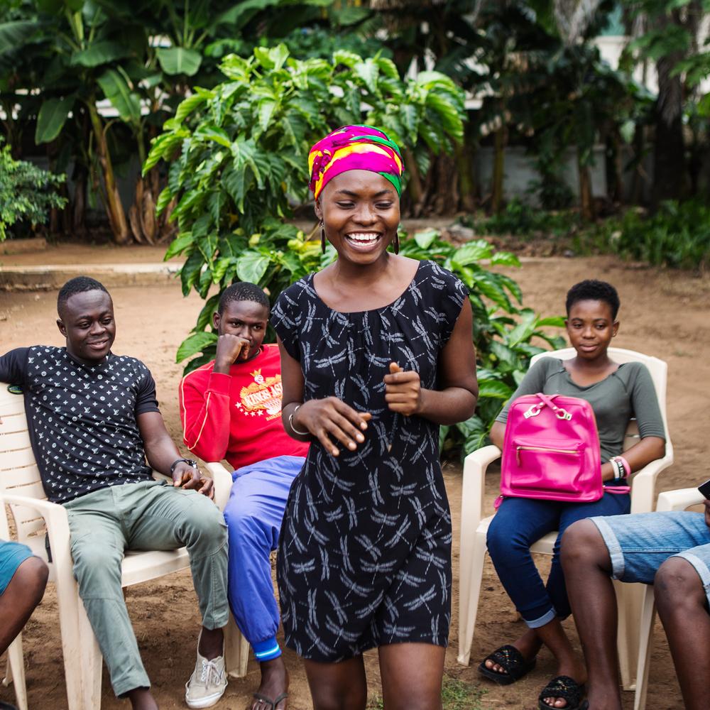 ÉDUCATION ET AUTONOMISATION - Les jeunes dans le monde entier courent le risque d'être infectés par le VIH plus que toute autre population. Les deux tiers des jeunes dans le monde n'ont pas une connaissance précise et complète sur la façon de prévenir l'infection par le VIH. En conséquence, un adolescent est infecté par le VIH environ toutes les trois minutes. Bien que le manque d'éducation soit un réel problème, la stigmatisation et la discrimination entravent également l'accès aux services de santé publique de base. Grâce à une prise de conscience accrue et un meilleur accès aux programmes éducatifs au sein des communautés à risque, les jeunes deviennent une force motrice vers la réalisation de l'objectif d'une génération sans sida d'ici 2030.