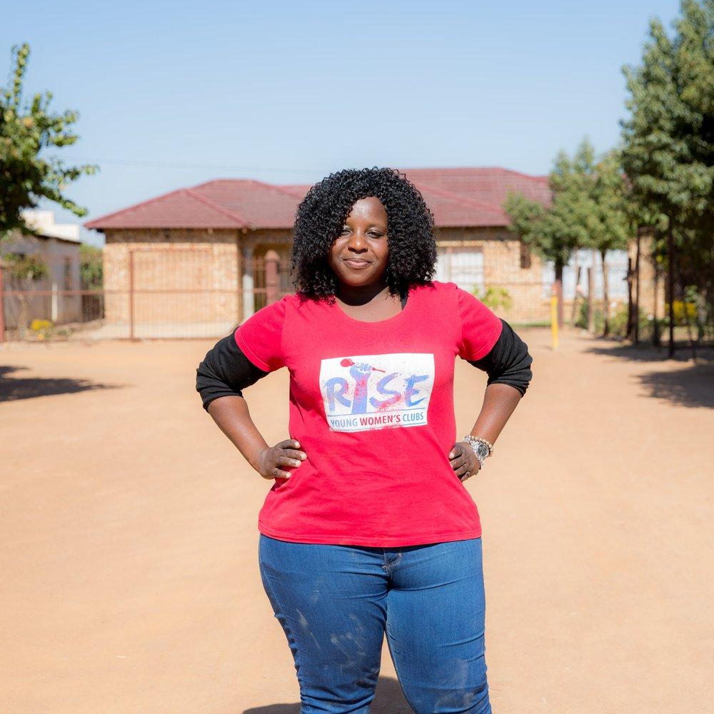 FEMMES ET FILLES - Les femmes et les filles sont touchées par le VIH et le sida de manière disproportionnée. Les femmes représentent 18,8 millions de personnes dans la population mondiale séropositive, et les jeunes femmes sont 60% plus susceptibles que les jeunes hommes de contracter le VIH. Les filles et les femmes souffrent de nombreux désavantages dans le monde entier. La pauvreté, les normes genrées traditionnelles, l'accès insuffisant à l'éducation et aux services de santé sexuelle et reproductive rendent les femmes et les filles bien plus vulnérables au VIH/sida que leurs homologues masculins. Les subventions du Fonds mondial financées par (RED) soutiennent tout un éventail de solutions, dont des espaces sécurisés qui autonomisent les filles et offrent des programmes éducatifs et de formation professionnelle. Voici quelques exemples de la façon dont ces fonds sont investis sur le terrain et relèvent certains des défis propres aux femmes et aux filles.