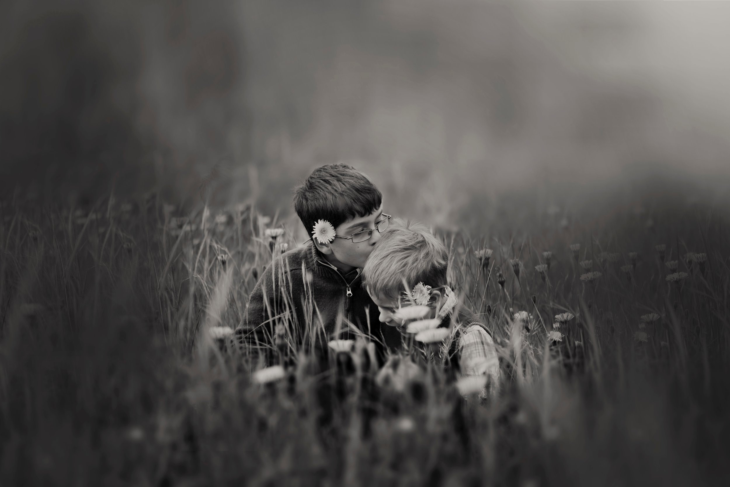 black-and-white-blur-boys-551593.jpg