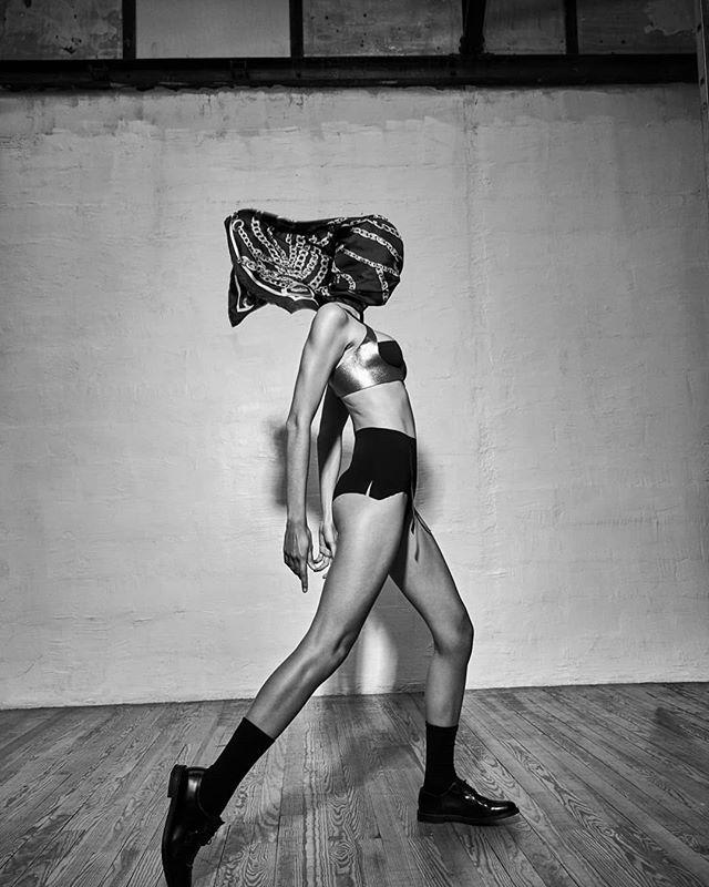 "#modele chambre 611 #métallique  #art #design #new  #Thank you @ralphwenig "" une pensée pour toi , rétablis toi vite""  @carolinajaramillomodel  @artsphereparis  @giuliacohen  @maximebrault  @studioestlumiere  @karinmodels_official"