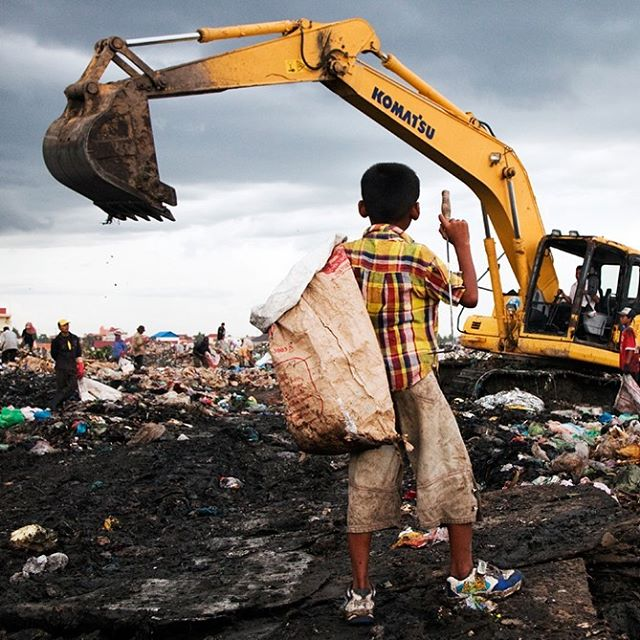 Recyclable material collected by families is purchased by middlemen and sold to industry. About 1 percent of the urban population in developing countries – at least 15 million people – survive by this activity. Waste picking is among the worst forms of child labour.  Photo:  Karin Beate Nosterud/Save the Children  #RWGala2019 #MakingChildLabourHistory . . . #remarkableworld #remarkablewomensgala #kids #children #motivation #business #love #entrepreneur #inspiration #kidspower #support #girlboss #beauty #bossbabe #empoweringwomen #strongwomen #womensupportwomen #feminism #entrepreneurlife #mindset #empowerment #health #boss #success #globalchallenge #goals #stockholm #savethechildren