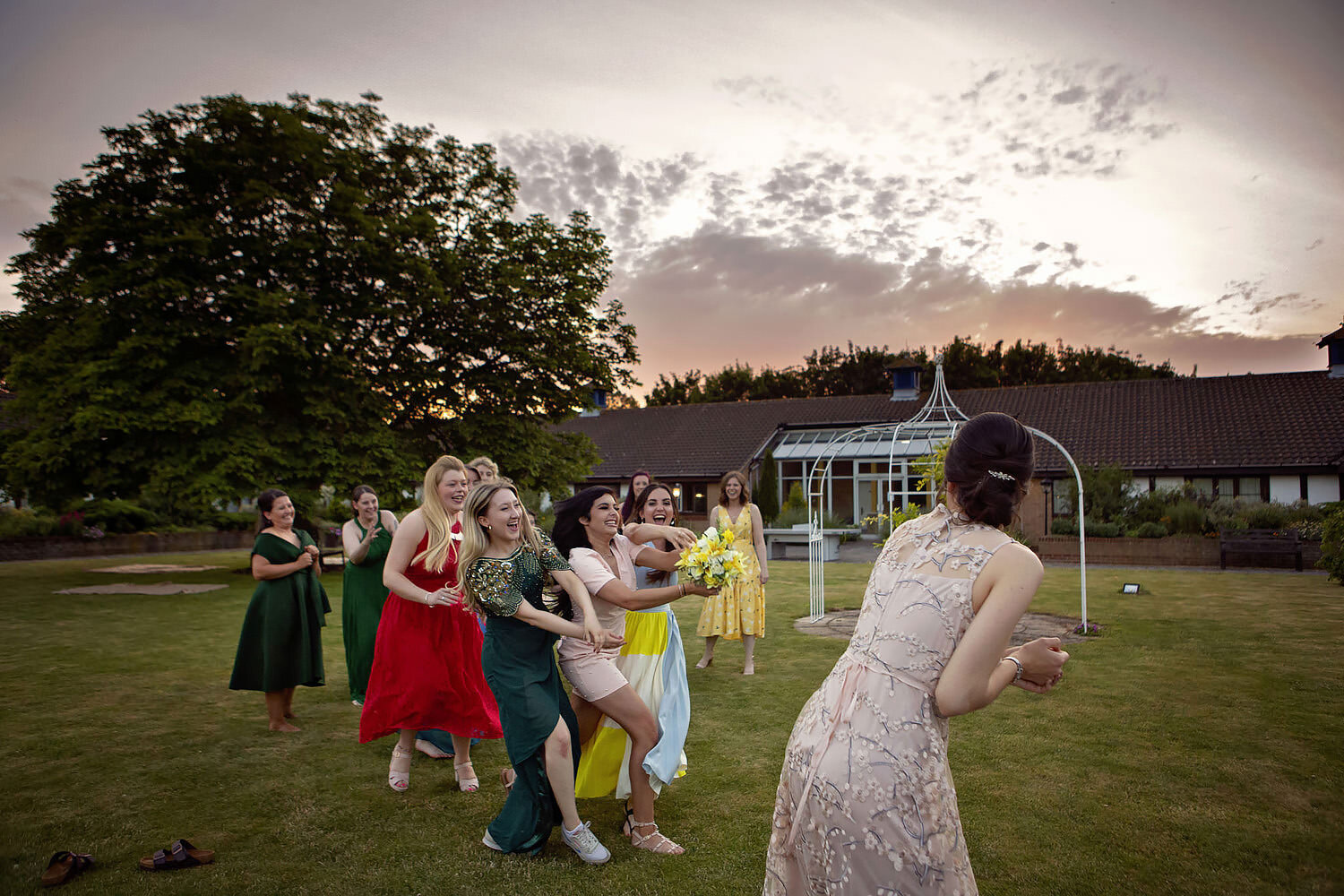 The fight for the bouquet was ferocious and long. See the whole sequence of image below…