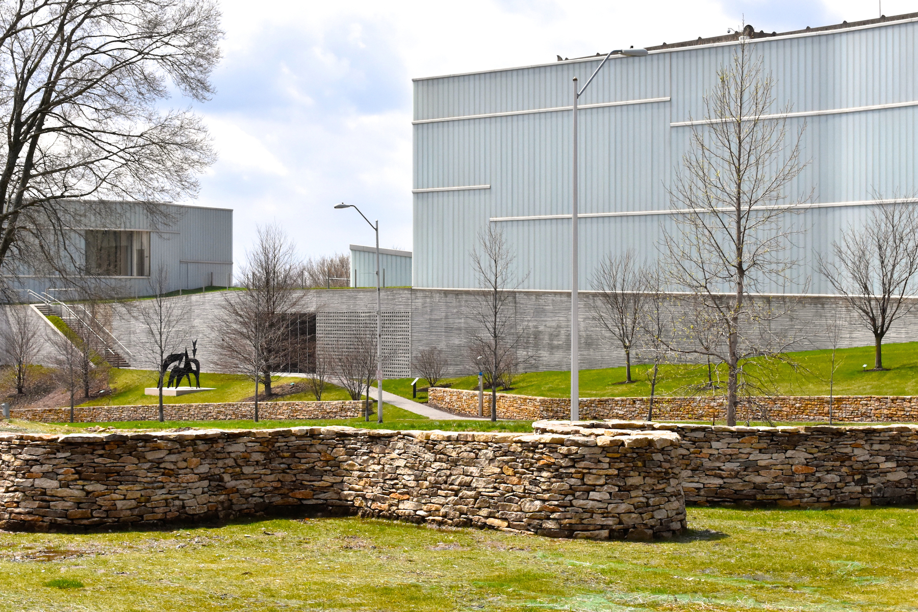 Goldsworthy's Walking Wall (first stage) and the Nelson Atkins Museum of Art Bloch Building.  [4.19. Photo: AG]
