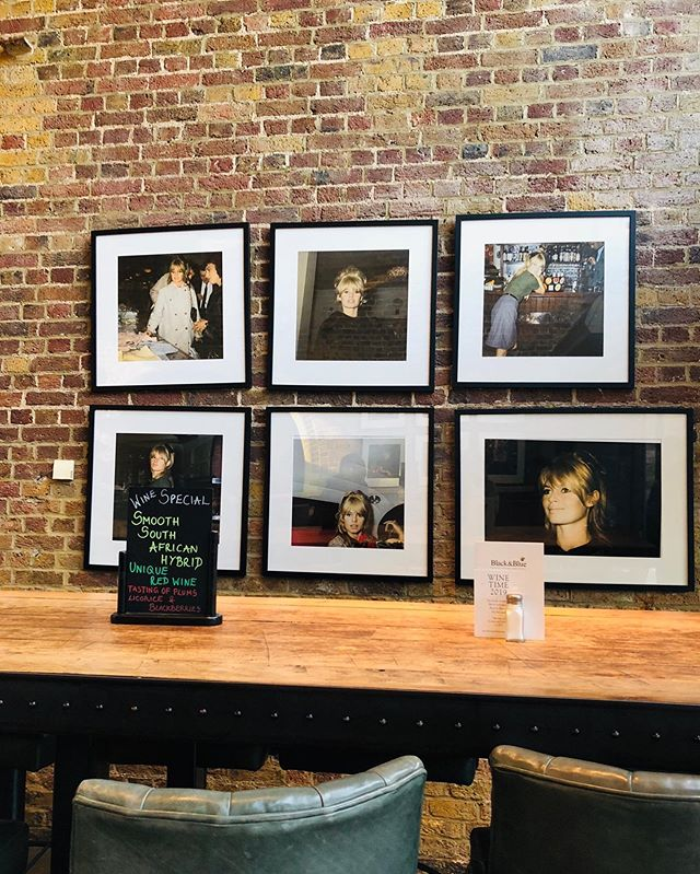 Timeless moment in London. 【2010s】in #london  Photo by @daisyyha  #daisycodephotography #photobydaisyh#shotoniphone #daisycodetraveling #daisycodeca #uk
