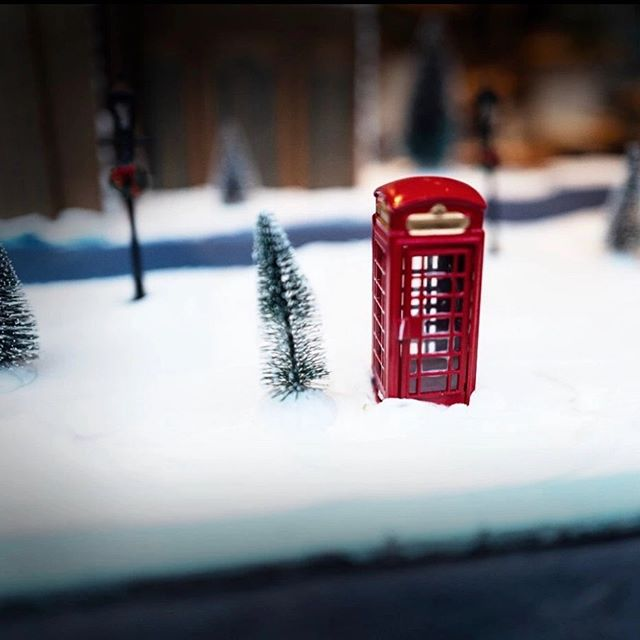 When it's #toohot ☀️in 🇫🇷 #paris , it makes us think of our winter #daisycodetraveling in 🇬🇧 #london or living in a refrigerator... ❄️❄️🤣 . . . #daisycodeca #saturdayhumor #canicule2019 #lol