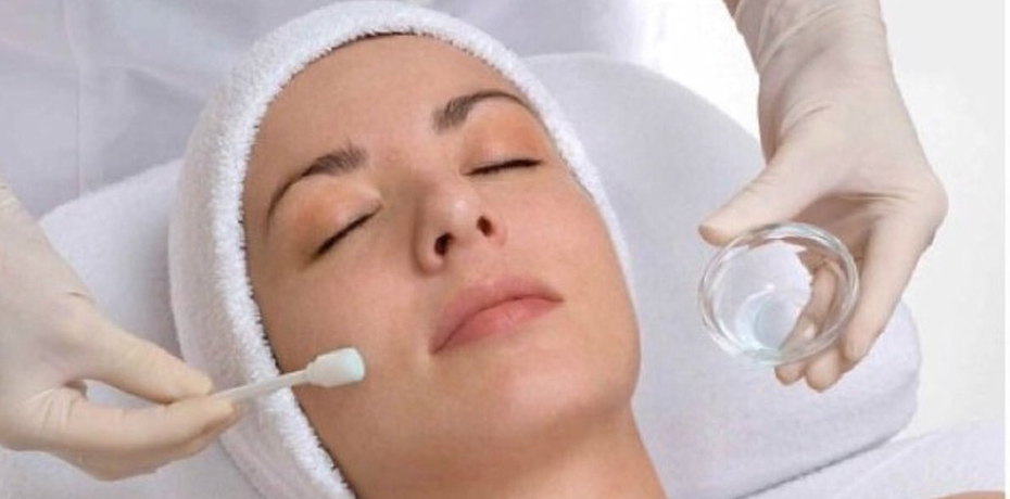 Chemical Peel - SKIN TYPES: ALL SKIN TYPEA skin renewing treatment and surface moisturizer with a high performance patented Amphoteric Hydroxy Complex offering the full benefits of AHA without the sting.Improves the youthful appearance of the skin, brightens and evens out skin tone. The skin is left revitalized, hydrated and soft.1 TIME SESSION- $50 ADD ON TREATMENT: $30