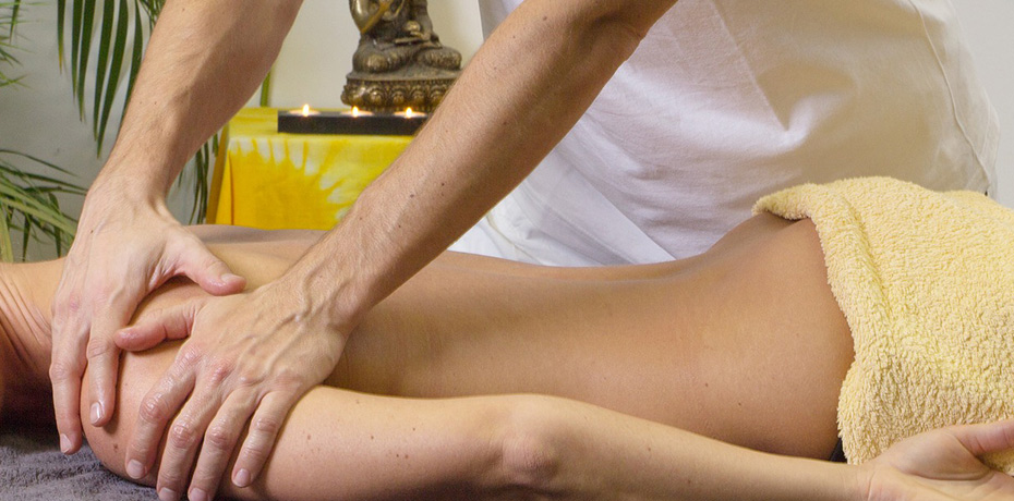 Reflexology Foot Massage+ Body Massage Combo - This full body massage combines the therapeutic effects of our signature reflexology with the tension relief of our shiatsu massage. Great for relieving problem areas and alleviates muscle tension.1 HOUR SESSION: $35