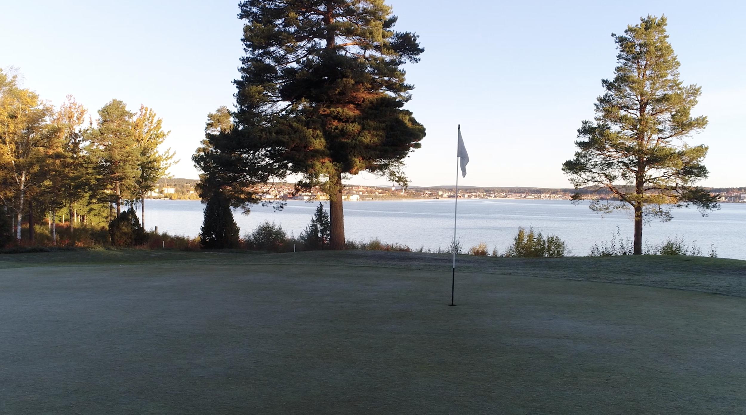 Green på hål nummer 8 med utsikt över Hudiksvall.