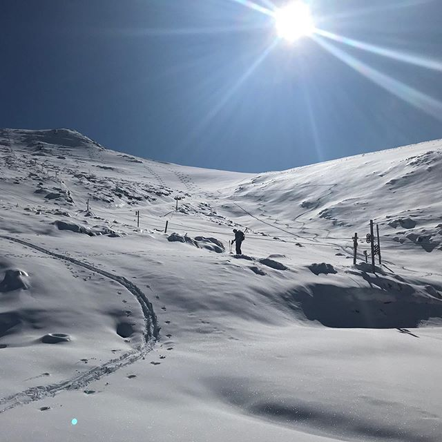 We'rrreee BAAAACCCKKK!! 🛎 Fresh snow lured the team up for a skin and the troops are rallying again to open for you THIS WEEKEND! We're not sure if plan beyond that so come and join in the fun! 🤩 Our instructors have gone home, so no lessons available... plenty of everything else though. Overnight bookings can be made through accommodation page on our website 👍🏼 #hanmersprings #skihanmer #skitheclubbies #chillpass #grassrootsskiing #nzmustdo