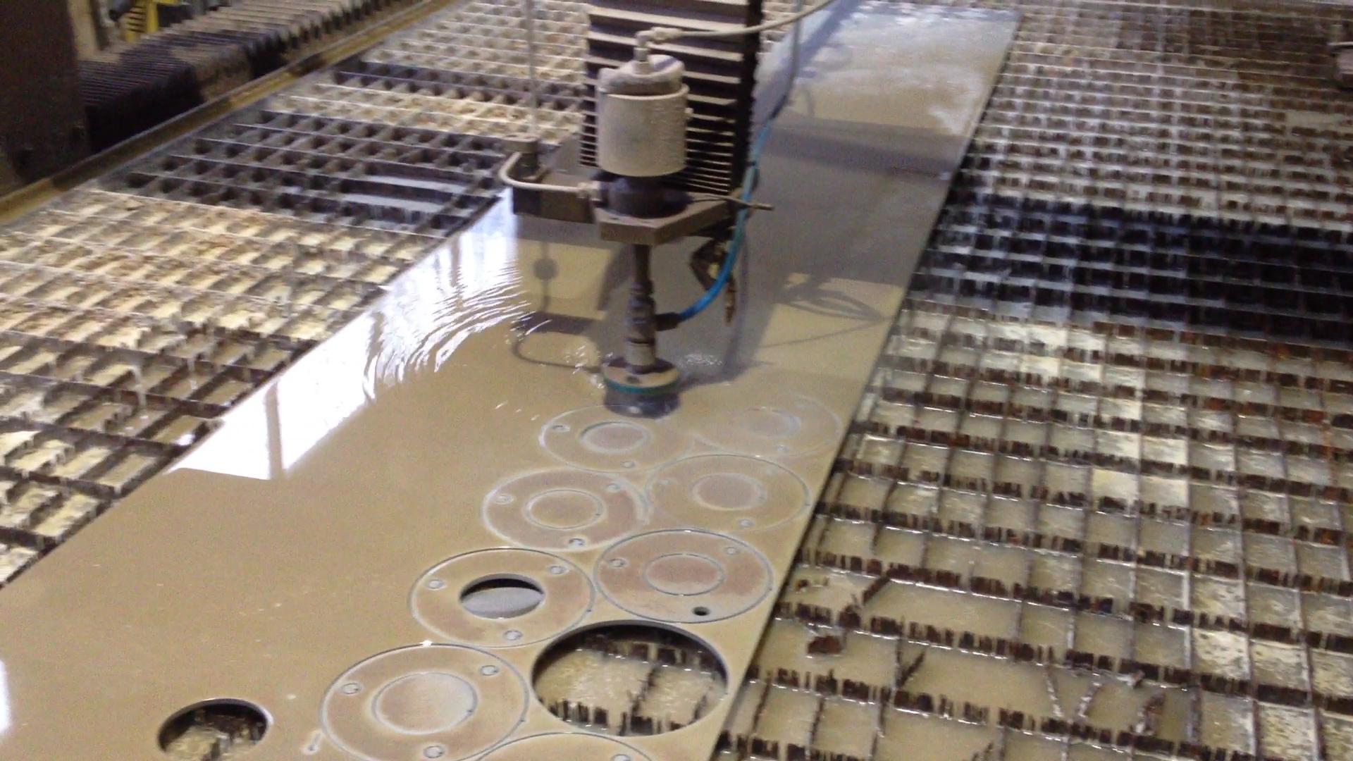 Attēlā redzama 5mm bieza nerūsējošā tērauda loksne, no kuras tiek griestas detaļas kāpņu reliņiem.