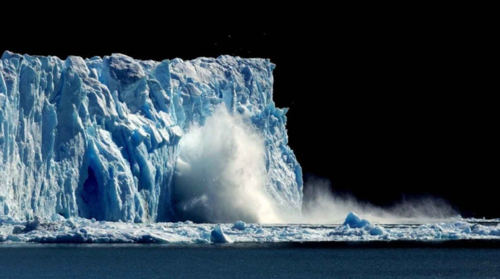 Isbreen Perito Moreno i Patagonia i Argentina kalver. Nå viser det seg i en ny undersøkelse at isbreene krymper raskere enn vi har trodd tidligere.  FOTO: NATACHA PISARENKO / SCANPIX/AP