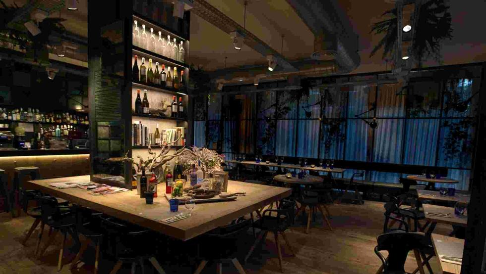 07 de junio 2019 - El restaurante OH BO de Barcelona celebra su quinto aniversario con cambios de estilismo para la noche pensados para que el entorno resulte intimista y cálido, y para que después de la cena la música cobre protagonismo y se siga disfrutando de la velada. El restaurante, que abre de 9 a 24h., mantiene su cocina de calidad basada en los productos ecológicos y de proximidad…