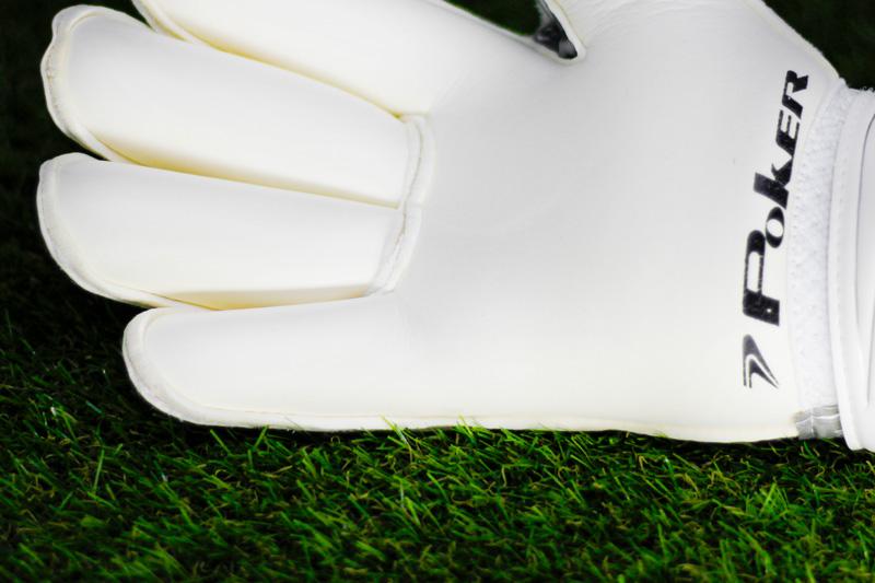 Resistência e segurança na medida certa - A Champion 5 também conta com V-Notch, tecnologia que previne a ruptura da costura entre os dedos polegar e indicador. Além disso, possui cinta diferenciada com extensão do látex do dorso até o punho, permitindo ajuste com maior pressão no pulso.