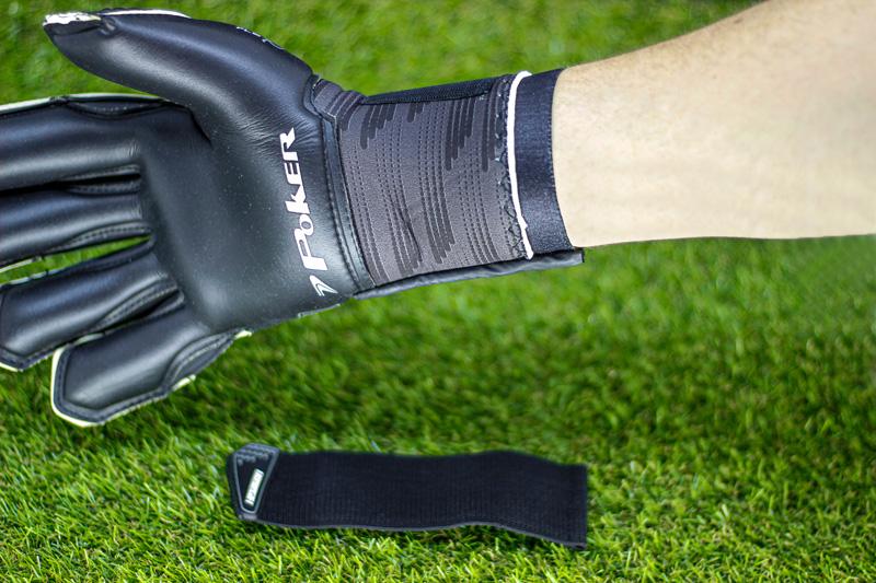 Mais ergonomia nas mãos e punhos - A tecnologia Ergonomic Shape possui formato ergonômico, onde a luva se molda à mão e ao punho, proporcionando firmeza e segurança e dando maior cobertura na área de contato com a bola.